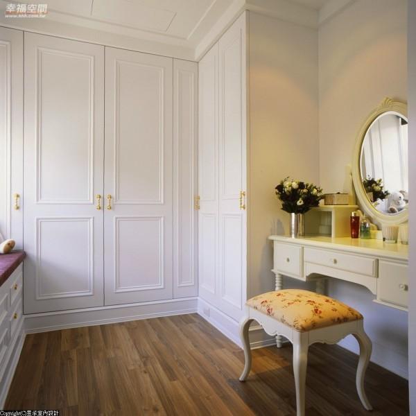 位于书房对面的更衣间,即便是立面间的转折细心安排入长型浅柜,让折迭衣物也有适得其所的安排。