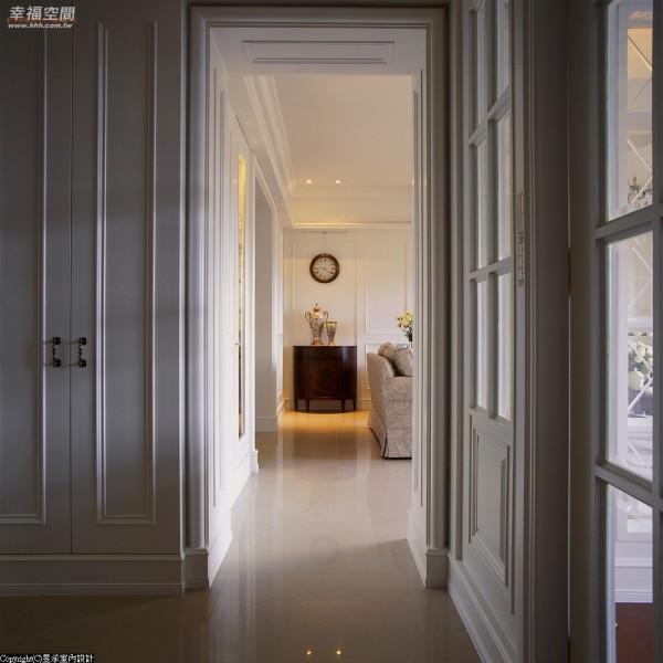 廊道-空间的衔接与转换,深长型动线里双面柜体为隔间,应用出鞋柜与餐橱柜体的功能变化。