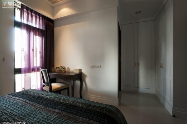 女主人房的收纳功能非常丰富,除利用畸零空间规划的拉门衣柜外,进入主卧浴室前更规划了完整的更衣区。