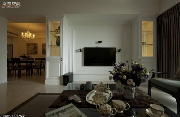客厅电视主墙经过微调加长后,所有的线条比例、柜体及壁板的视觉对称臻于成熟完美。