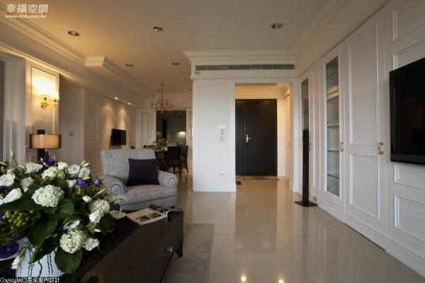 为回避进门即一览全室,设计师特别规划出玄关空间,利用白色拱门作为空间过渡与区隔。
