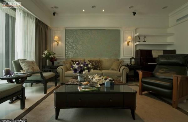 除两侧对称的壁板设计,中间部份更以蓝底古典花的壁纸,增添美式古典居家的空间彩度。