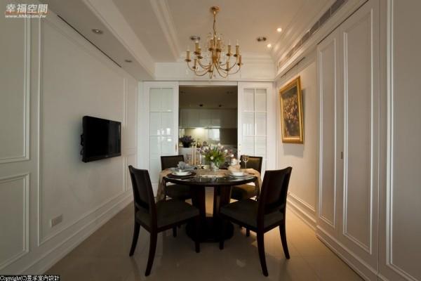 餐厅与厨房间,采木格框嵌清玻璃的拉门设计,呼应以线板妆点特意留白的墙面。
