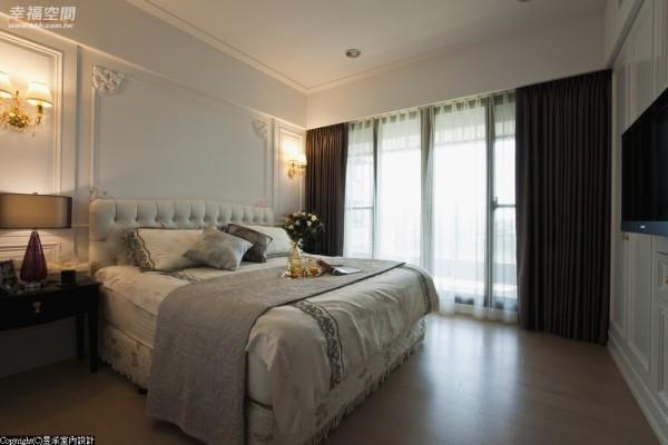 主墙设计、柜体均以白色、雅致的古典线板装饰,贴墙而做的收纳衣柜及展示柜,即使满布空间亦不显拥挤。