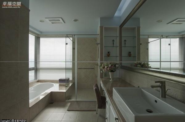 女主人房浴室。美感与品味独特的女主人,在卫浴空间的磁砖挑选与拼贴方法