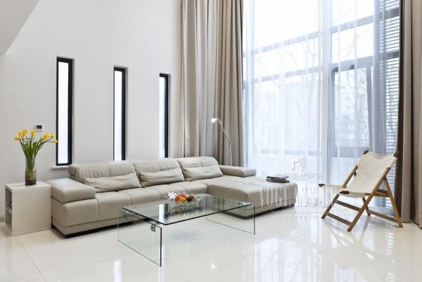 """大大的落地窗将阳光完全引入室内,简约而柔软的沙发、有历史感的""""导演椅""""。有阳光"""