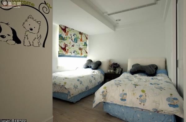 为修饰梁柱天花板采复式造型设计,简洁的线条配搭着色彩较为活泼的窗帘,让空间洋溢着孩童天真童稚的气息。