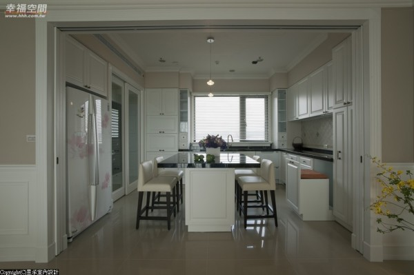 L型厨具加上大理石台面的中岛吧台,宽敞且收纳机能齐全的厨房,是每个主妇的梦想。
