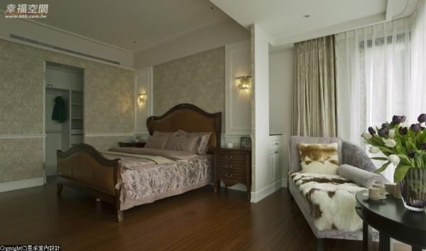 采古典花壁纸拼贴,床头设计以对称式英式壁板搭配水晶壁灯,典雅中不失奢华。