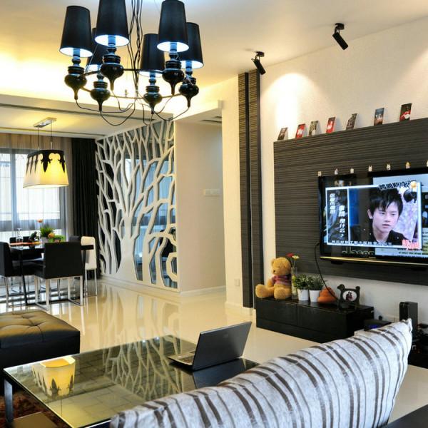 客厅的电视背景墙也十分合着主色调选用黑色采用灯光的设计电视会有很大的不同干