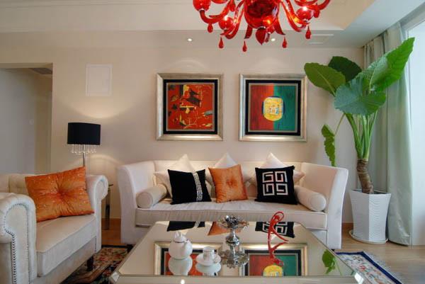 装饰画和布艺的选择则采用了较为艳丽的颜色最为点缀,使整个居室氛围稳重而又不是活泼