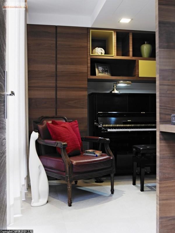 知悉一家人共有对音乐兴趣,预先订制符合钢琴尺寸的柜子,使之不压缩走道宽度,能完全融入装潢陈设中。