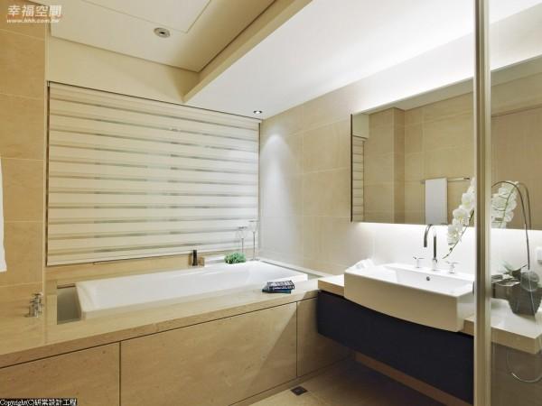 主卧内的卫浴空间采淡米黄的温暖,营造饭店式尊荣的洗浴气氛。