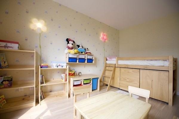 儿童床上面睡觉下面是柜子可以储存物品,空间利用的很好
