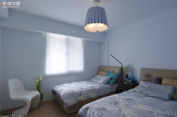 从上下铺改为两张单人床的配置,不仅空间感更协调,也让生活更方便。