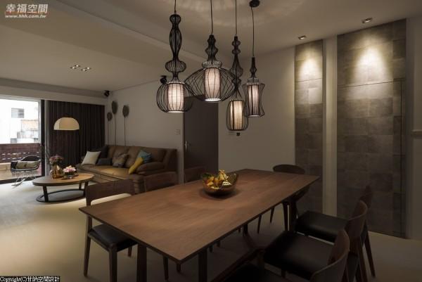 拿掉客餐厅间的隔间墙后,让光体自由流动于开放规划的空间里。