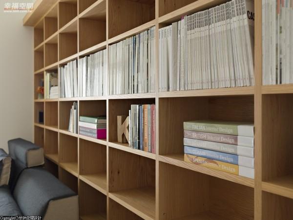 甘纳设计需在不到30平方米的空间收纳喜欢阅读屋主的大量藏书