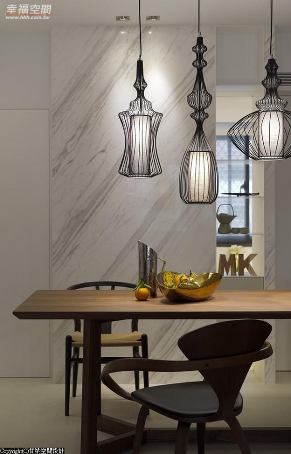 视野可穿越铁件与大理石共构的设计墙面直抵后方书房。