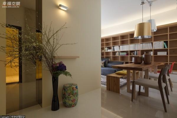 甘纳设计将作为和室的主卧房封闭设计,独立出玄关场域。