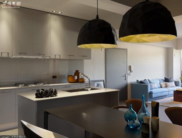 简约线条的低彩度空间里,设计师以造型感灯具增添设计感,是LOFT风的经典表现。