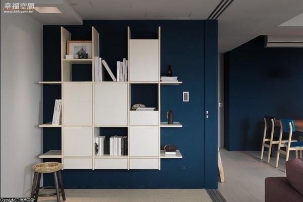 以井字的系统柜作为收纳,明暗的表现方式让物件有了展示与隐蔽的效果。