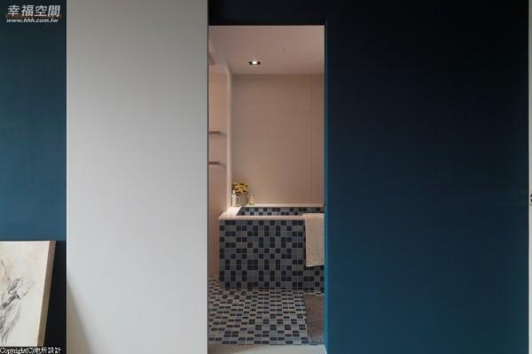 卫浴以磁砖马赛克作拼接,并从地板延续到浴缸,空间顿时活泼明快。