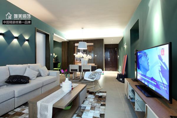客厅:大幅青色墙壁,没有单调而言,米色布艺沙发,舒适感觉。茶几下面铺设马赛克地毯,让空间更显紧凑,减少空旷感。过道上一副彩色画板,增添艺术氛围。