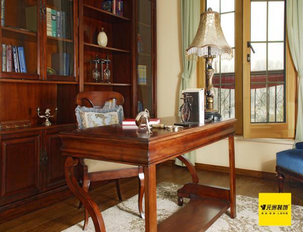 书房: 书房简单实用,但软装颇为丰富,各种象征主人过去生活经历的陈设一应俱全,被翻卷边的古旧书籍、颜色发黄的航海地图、乡村风景的油画、一支鹅毛笔……即使是装饰品,这些东西也足以为书房的美式风格加分。