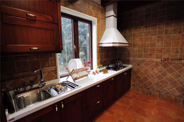 厨房一样运用了小格子复古的墙砖,搭配深色调橱柜,我相信,在这样的放松温馨的厨房里,做一顿美味的大餐,是很快乐的事情哦。