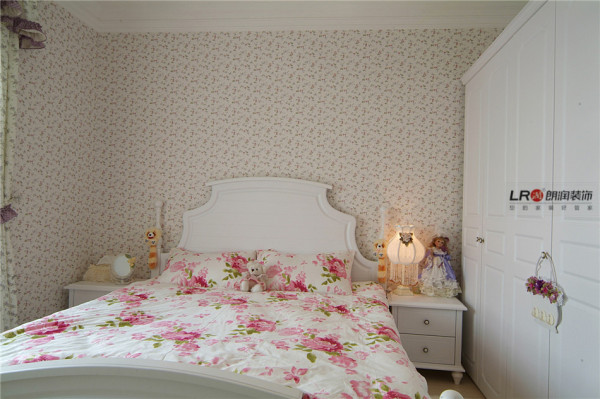 主卧室欧式的小碎花墙纸,精致的鸵鸟毛吊灯,带窗幔的碎花布艺窗帘,顶上欧式的阴角线,简欧家具打造出了小清新的田园风格卧室。