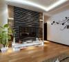 电视背景墙个性十足,黑白条纹交织的光面镜,大气时尚。沙发也是跟整个空间的格调一致。