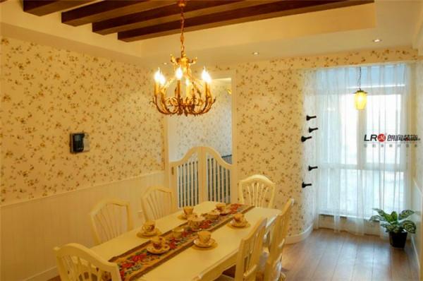 餐厅设计很是浪漫温馨,很适合小两口来点小浪漫。