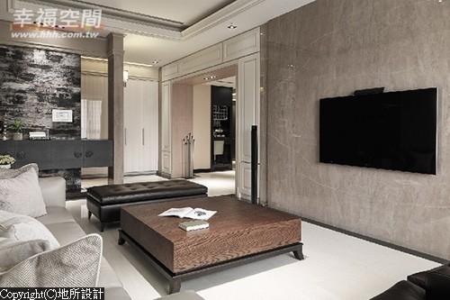 为让电视墙更见简约,设计师将机柜隐藏规划于场域间的门斗线条内,跳出地所设计与众不同的质感古典。
