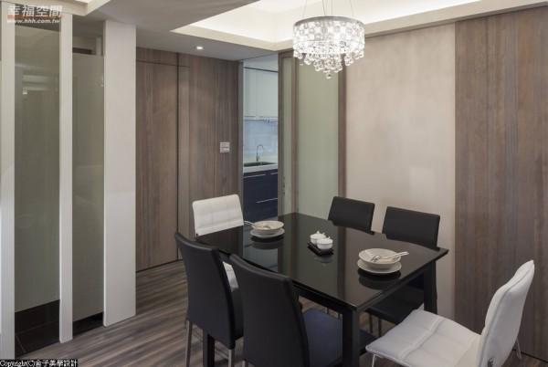 连结客、餐厅,让小空间也可以呈现宽阔的景深,设计者并使用雾玻的门片与厨房做区隔,并保留光线的穿透性。