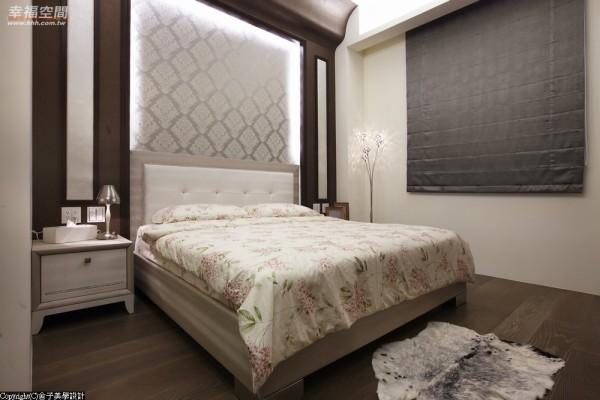 沉稳低调的主卧空间,揉入属于个人的生活场景,原有的床头梁柱则利用圆弧造型的木作包覆,化解压梁的状况。