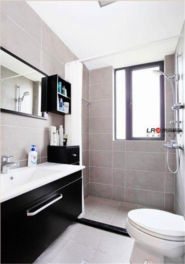 卫生间选用了黑白色的浴室柜,搭配素色墙砖,很简单,但不失品位。