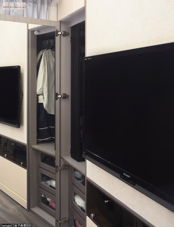 细节处的安排,流露设计者的用心,电视旁的衣柜内部,特别订制了滑轨式的饰品架,方便女屋主拿取也易于作收纳。