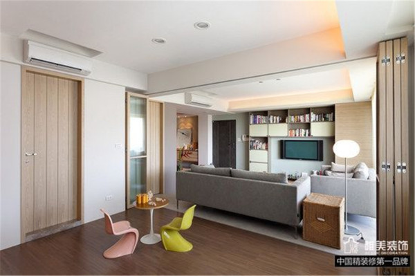 与客厅用可移动玻璃木框架门隔开,敞开即是一个整体的大空间,关上即是一处私密空间,也可作为活动区域,亦可作为客卧使用,功能强大。
