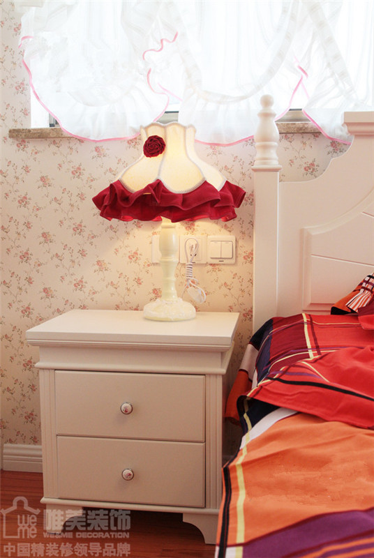 统一的白色木质床及床头柜,摆上大红色花边小台灯,窗台微风吹起的粉色搭边白色蔓帘,小碎花墙纸,显示主人的浪漫情怀。