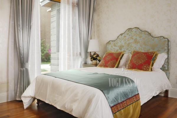 卧室的设计很素,没有太多奢华的调调!
