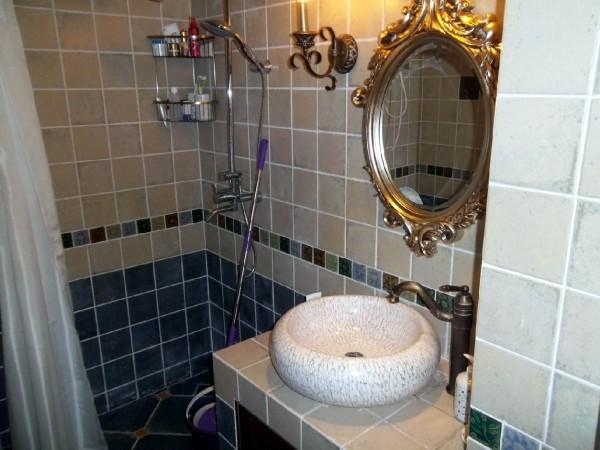 青蓝色磁砖的加入,为整个卫浴间带来一种沉静的氛围。