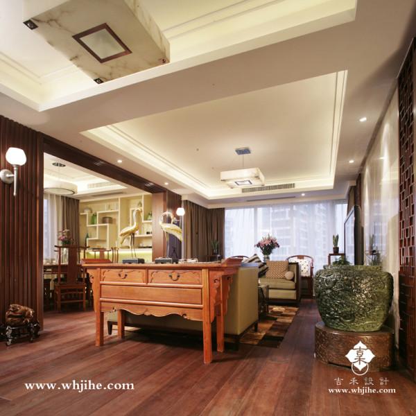 客厅在造型上采用直线条造型,以对称的布局体现中式的稳重感。在色彩上,设计师选用金色系搭配黑色,沉稳大方、温馨雅致。