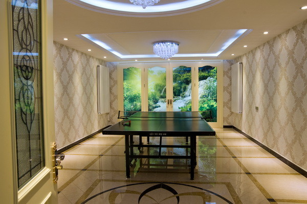 应户主要求在这个空间里摆放了一张台球案,但因地下室采光效果略显压抑,墙面镜子的设计不但很好的解决了这个问题而且也起到了很好了装饰作用。