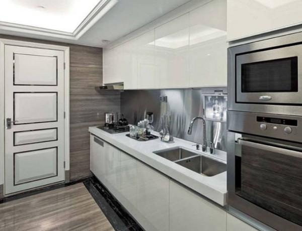 白色给人感觉踏实、纯洁、干净。其实白色是最理想厨房装饰颜色,白色可能出现在厨房中的墙砖、橱柜和厨具中,只要选材好,白色也不会经过使用后变成脏脏的感觉。白色是现代简约风格和田园风格最好的诠释颜色。