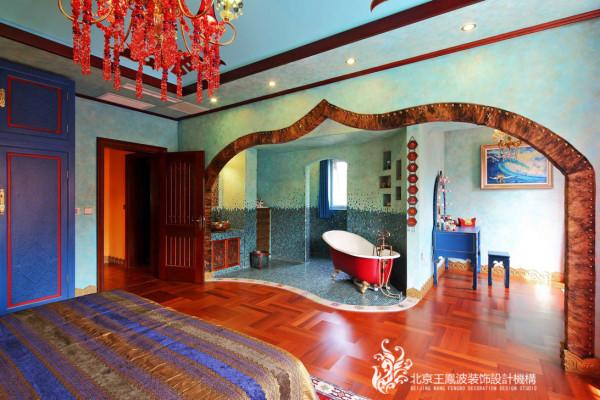 暗红色的木地板,配上大红色的浴缸,颜色的过度衔接的很完美。