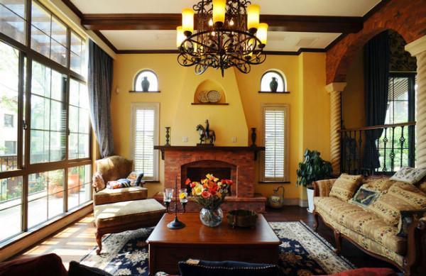 客厅与休闲区的风格保持一致,红砖堆砌的壁炉配合同样的拱形装饰墙,铁艺吊灯,骑士摆件白色砂岩立柱这些都体现了意大利和地中海风格的情致结合。