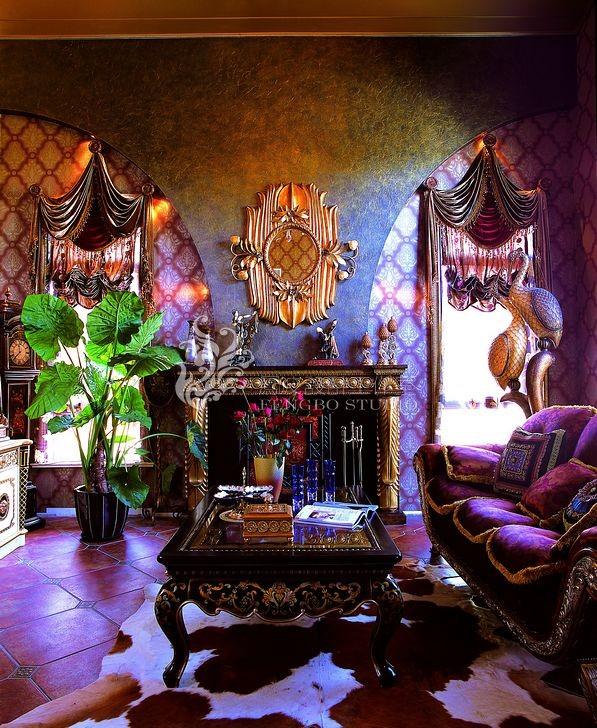 客厅的空间很宽裕,光线很好,金色的吊顶为空间增添一些辉煌的感觉,造型优美做工精细的家具使空间变得有了一些活力,华丽的事物也使这个空间更加优雅大方。
