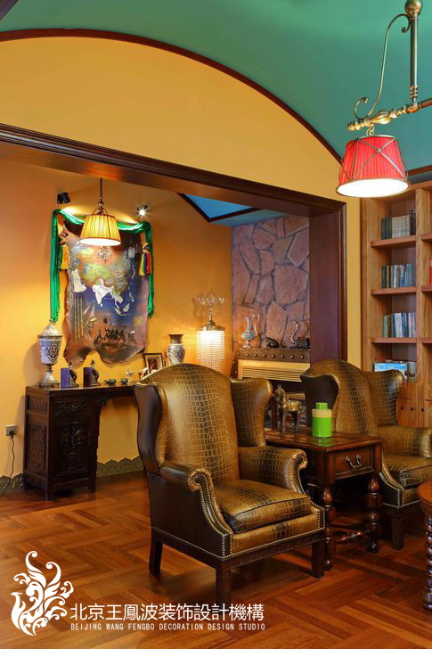 上了楼梯,就是书房。相信在这种书房中看书,是一种优雅,也会被这种民族风格给深深的吸引住