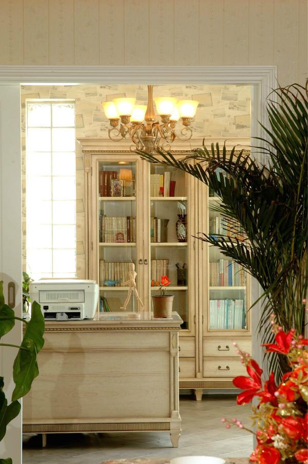 书房玻璃窗的起点低,扩大的窗体幅度将庭院中的的绿意与阳光变为室内的背景. 乡居的主卧室不需要很宽敞,木制而结实的大床和扑素的布艺就让你温馨无比