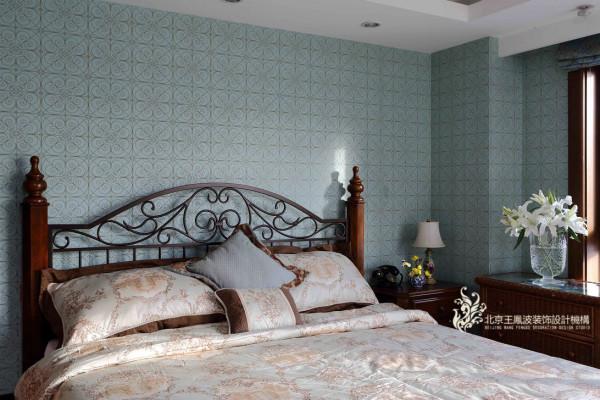 设计师在卧室中没有做更多的文章,只是利用吊顶、墙壁的颜色和质感,来衬托出紫檀、花梨等名贵木材的优雅华贵